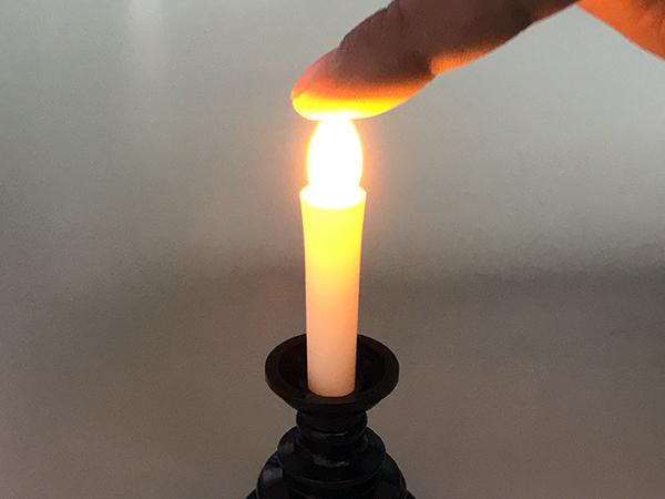 ロウソクの光る部分を軽く押すとON-OFFができます。熱くもなく安全です。