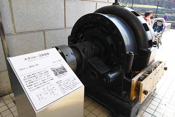 スタンレー式発電機。黒い鋼鉄製のボディーは現代アートのような存在感があります。