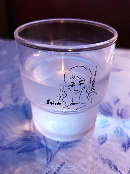 グラスに描かれた東郷青児画伯の美人画が素敵です。