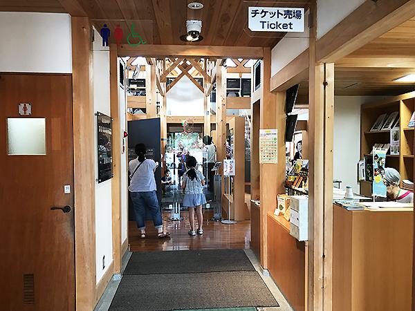 建物の中は撮影禁止なので許可をもらって入口だけ撮影。自然の木を多用した「森の県・岐阜」らしい内装です。触れると優しく心地よい。