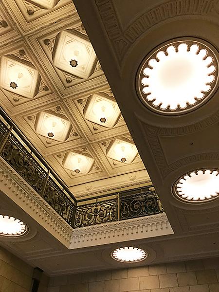 天井の照明器具もアーティスティックで見ていて楽しい!!