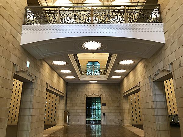 アールデコ風の直線と幾何学模様を多用したデザインのダイビル玄関にあるアトリウム。