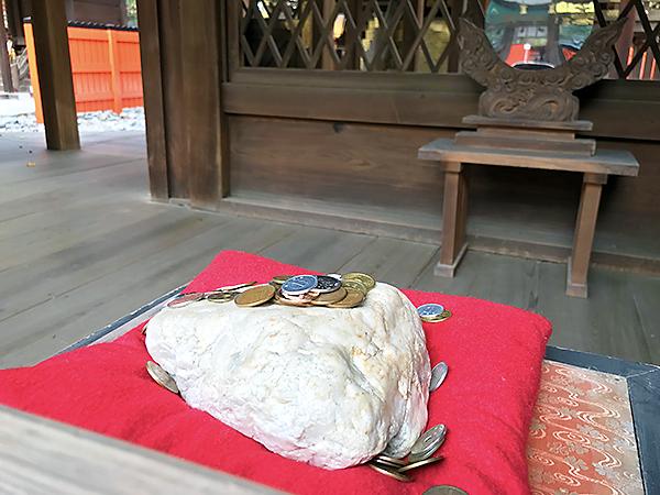 「御白石(おしらいし)」。お祈りすると色白美人になれるそうです。参詣必須ですよ!