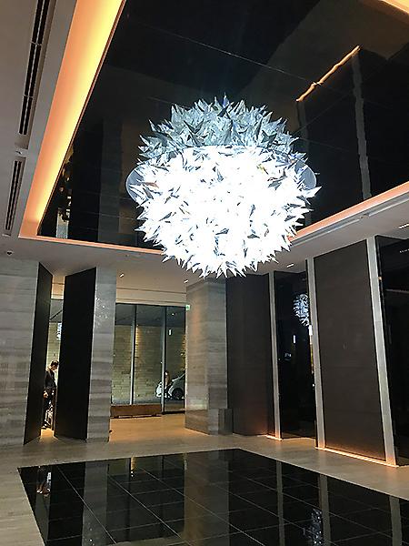 エレベーターホールには芸術性の高いシャンデリアが設置されている