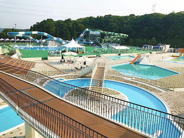開園前のネスタリゾート神戸のプール。こんな誰もいないプールで一度は泳いでみたい。