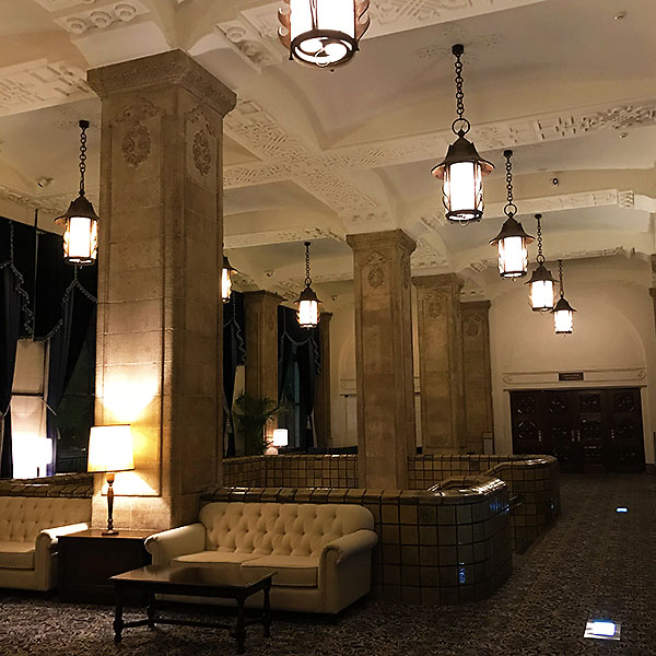 バンケットゾーンにあるホワイエ。高い柱、天井の漆喰装飾、タイル壁など雰囲気抜群。
