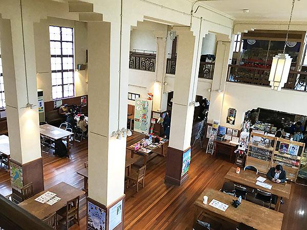 2階分吹き抜けの高い天井。カフェになっているこの場所は昔の食堂だったようです。
