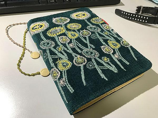 緑は自身のラッキーカラー。花の刺繍やファブリックの風合いもお気に入りです!!