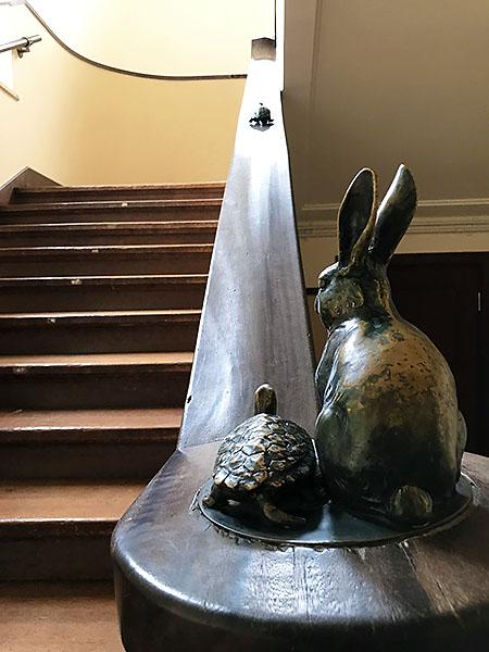 確か「けいおん!」では手摺のウサギとカメも描かれていました。