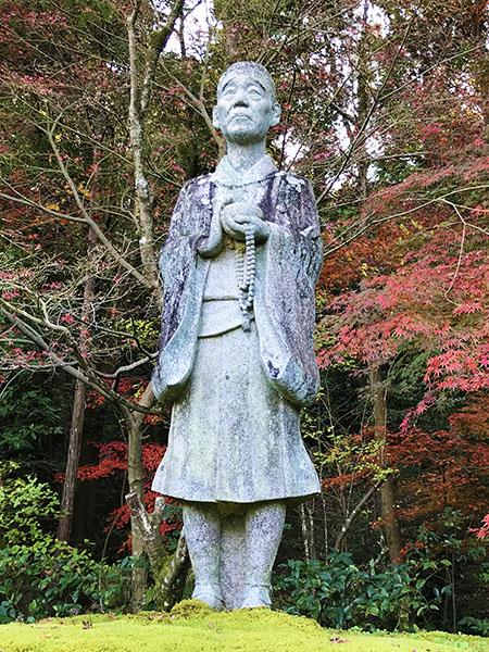 一休禅師の石像。こんなオジサンどこかにいそうですよね。