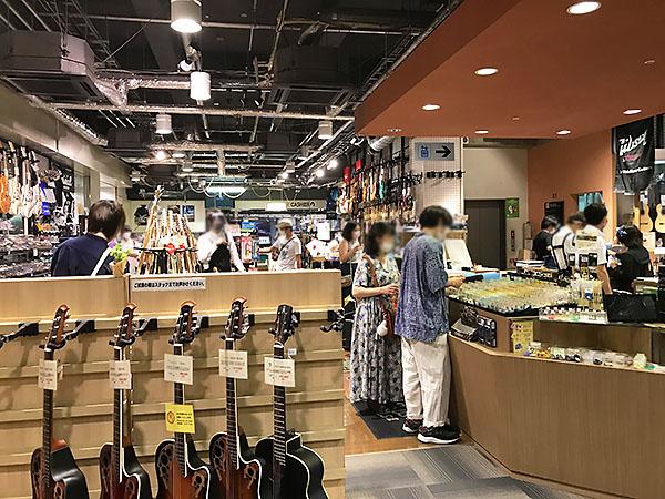 店舗の地下1階。ギターやベースなどが展示されておりアクセサリーも沢山販売されている。