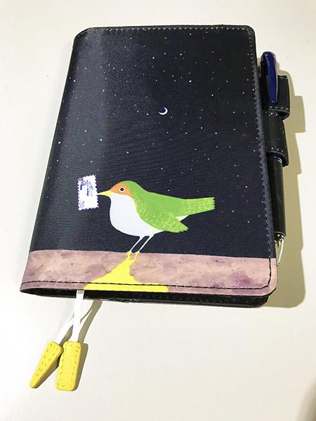 エアメールをくわえた鳥のデザイン。夜空に三日月がポイント。