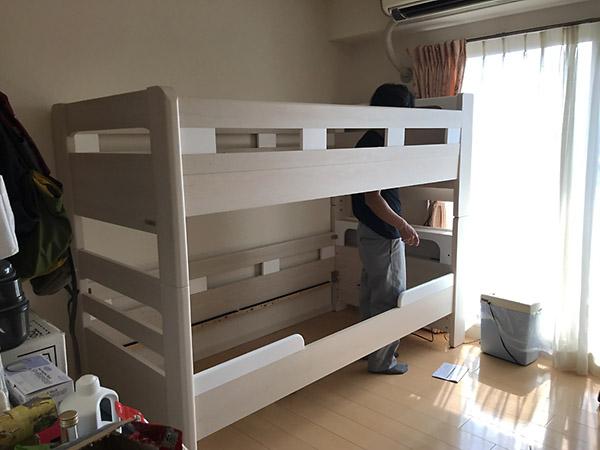 手慣れた家具屋のお兄さんの手にかかれば、あれよあれよという間にベッドは完成です。