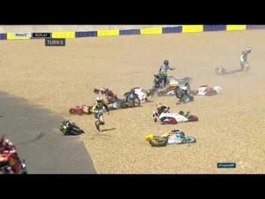 Самая странная массовая авария на мотогонке