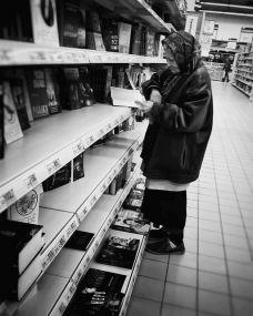 Бабушка 15 лет ходит в магазин читать книги. И руководство приняло меры…