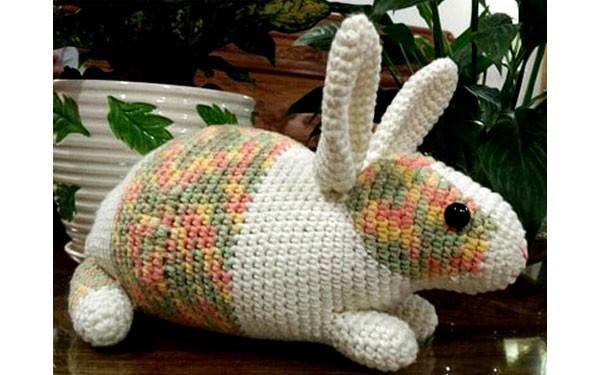 Кролик с меланжевым оформлением. Крючком. Описание