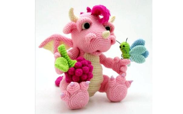 Вязаный дракон с малиной и мотыльком. Схема