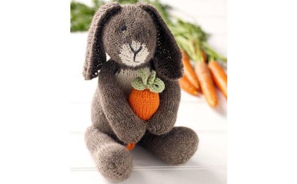 Вязаный заяц с морковкой. Описание