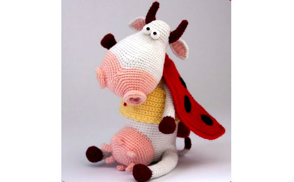 Вязаная корова в костюме божьей коровки
