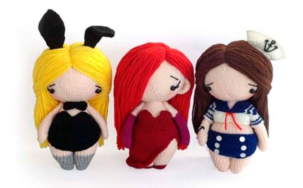 Три вязаные спицами куколки