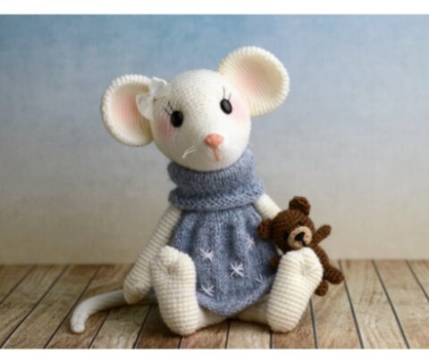 Вязаная маленькая мышь Милла