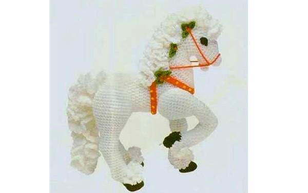 Вязаная карусельная лошадка