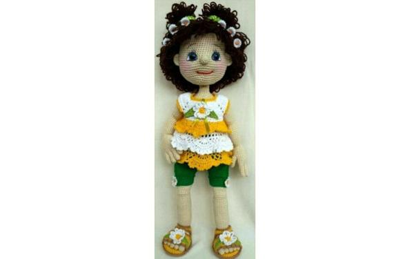 Вязаная кукла в платье с ромашками