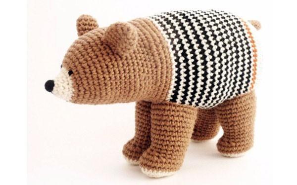 Вязаный медведь в полосатом жилете