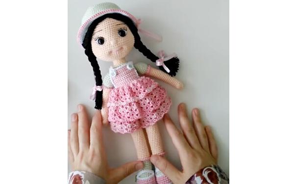 Вязаная крючком куколка в розовом платье. Схема