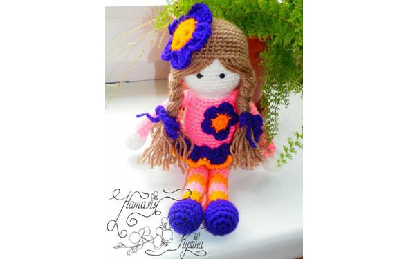 Вязаная куколка в цветочном наряде