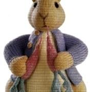 Вязаный спицами кролик Питер