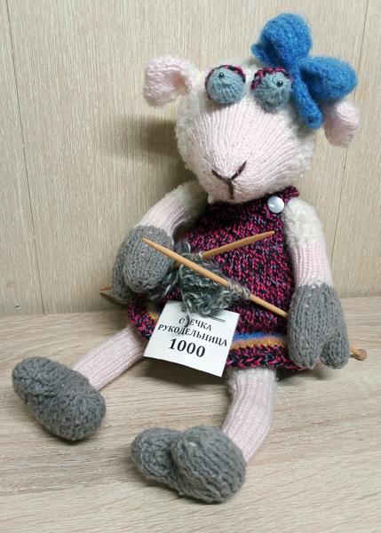 Продаю вязаную спицами овечку-рукодельницу
