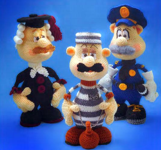 Вязаные куклы: судья, полицейский и арестант