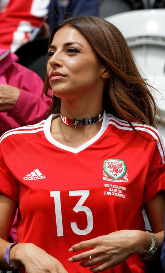 Fan nữ Xứ Wales