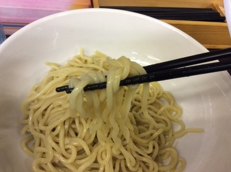 大勝軒激辛つけ麺男盛り麺リフト