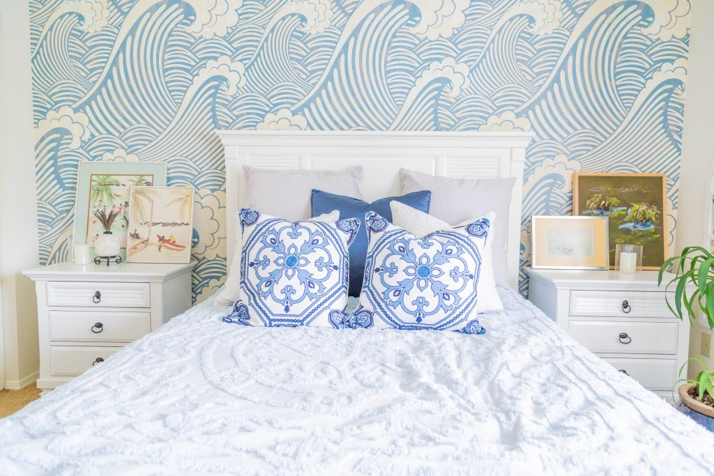 wallpaper bedroom, beach decor, nautical bedroom decor ideas, white bed, white and blue bedding