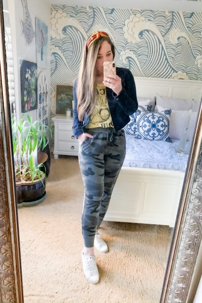 joggers outfit idea with queen band tee and jeans jacket and white sneakers
