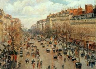 Szeroki paryski bulwar. Po obu stronach rząd haussmannowskich kamienic. Chodniki pełne są ludzi, a ulicą suną rzędy czarnych konnych powozów.