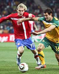 WC 2010: Milos Krasic - Carl Valeri - Serbia - Australia (Getty Images)