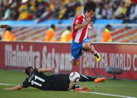 Nelson Valdez (P), Leo Bertos (NZ) - Paraguay-New Zealand - WC2010 (Getty Images)