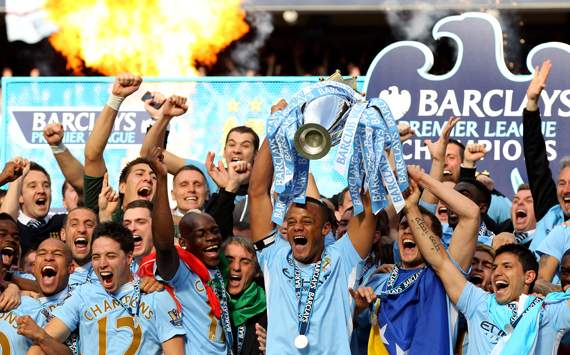 EPL - Manchester City v Queens Park Rangers, Vincent Kompany lifts the trophy