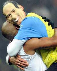 Marco Materazzi con la maschera di Silvio Berlsconi dopo la vittoria sul Milan (Getty Images)