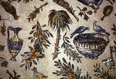 Anforas,pájaros que hacen referencia a la Eucaristía y almas bienaventuradas, que beben del agua que vivifica, pavos reales que simbolizan la inmortalidad y que hacen referencia al ave fénix, todo nos sitúa en el más allá, en el paraíso.