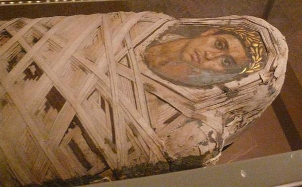Momia con un panel de Fayum retrato insertada de un joven de sexo masculino. Época romana. Encáustica sobre madera de tilo, ropa, restos humanos. © Anuncio Meskens / Wikimedia Commons