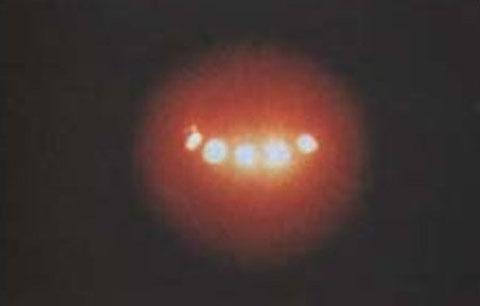 1991 - Atlixco, Puebla, Mexico. Esta foto de un OVNI con luces brillantes fue tomada por la policía judicial de Puebla, al acudir al llamado de los residentes que reportaban el avistamiento de un objeto extraño en la zona.  Artículo publicado en MysteryPl