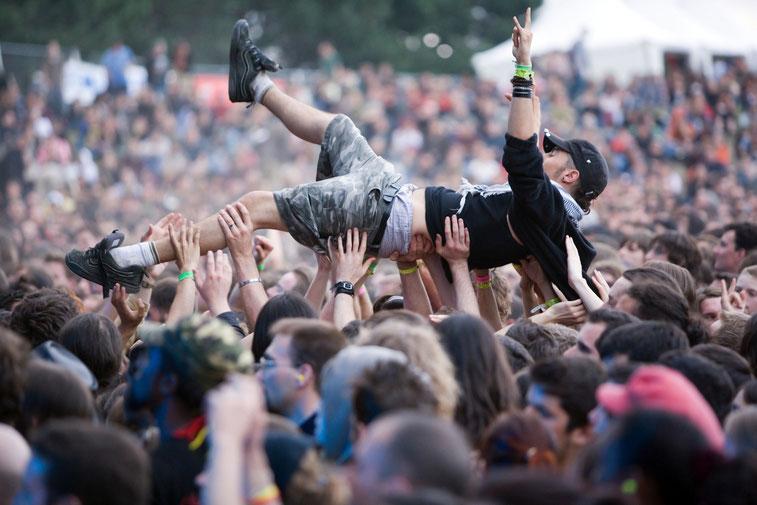 Crowd-Surfing beim Konzert, Böhse Onkelz, Hockenheimring 2015; Kurtz Detektei Berlin