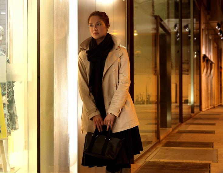 Frau blickt wartend und schmachtend in ein Schaufenster; Detektive der Kurtz Detektei Essen