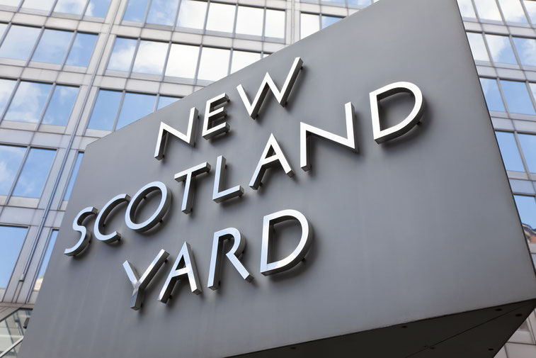 "Schild ""New Scotland Yard"" am gleichnamigen Gebäude in London; Kurtz Detektei Köln"
