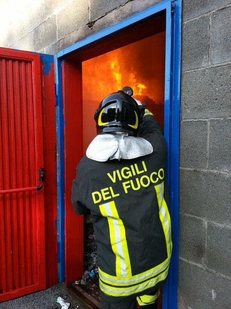 Uno dei vigili del fuoco impegnato nelle operazioni di spegnimento delle fiamme