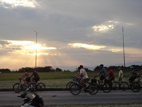 Na primeira Bicicletada de 2013, ciclistas de Florianópolis pedalam observando o pôr do Sol.